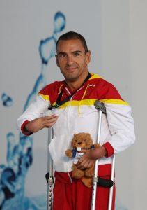 El nadador sujetando una de sus medallas
