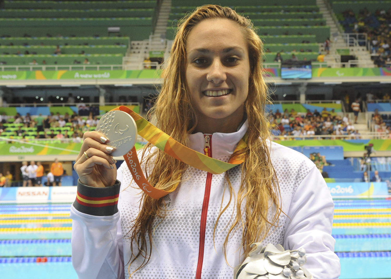 Sarai Gascón se cuelga la medalla de plata en 200 metros estilos.