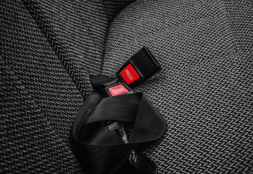 como cambiar un cinturon de seguridad
