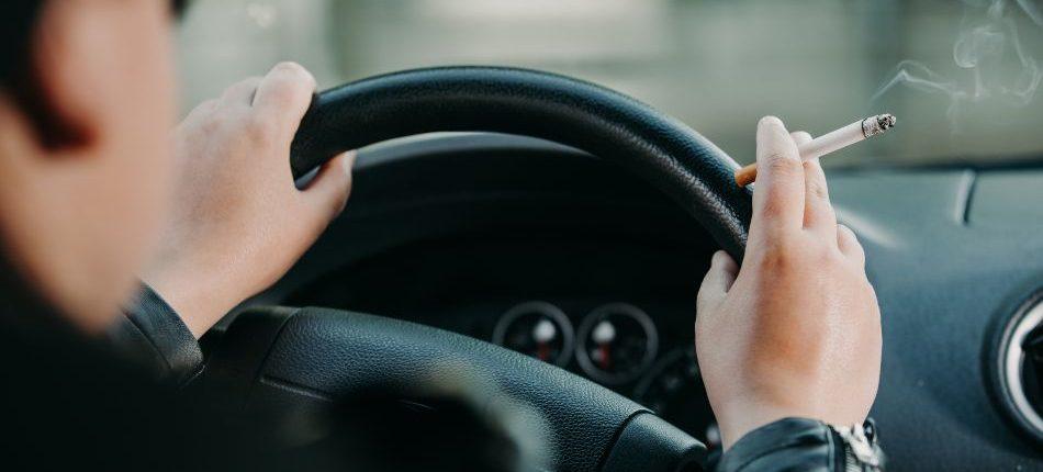 es legal fumar conduciendo