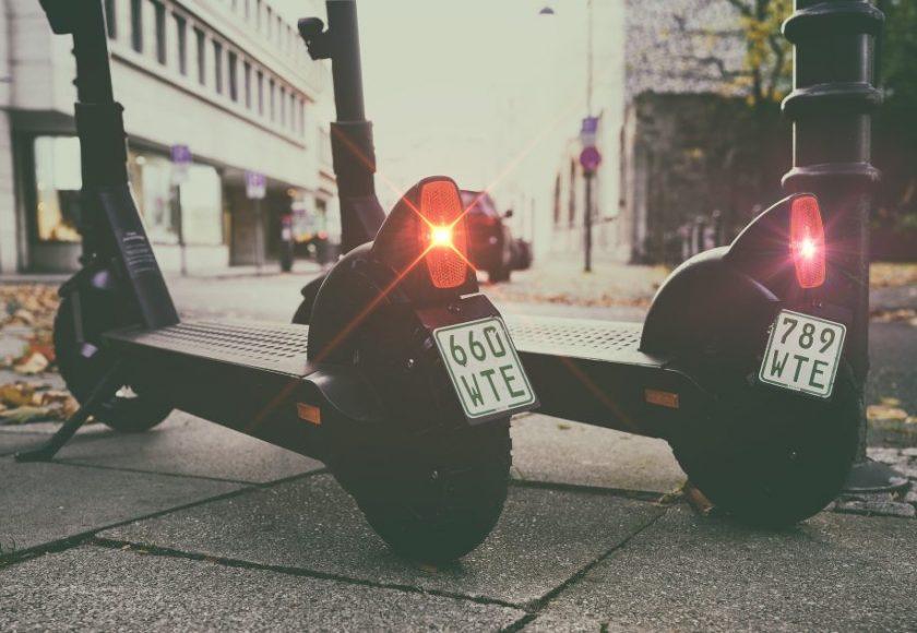 como cambiar la batería en una scooter electrico