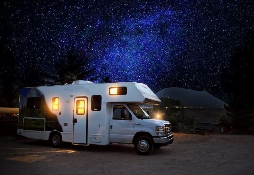 como equipar una caravana para viajar en verano